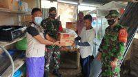 Danramil Labakkang bersama Kepala Desa Manakku Menyerahkan Bantuan Kepada Warga Yang Terkena Puting Beliung.