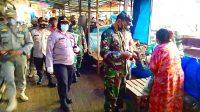 Koramil 04/Kby. Lama Bersama Polsek dan Satpol PP Gencarkan Pembagian Masker di Pasar Tradisional