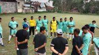 Cinta Sepak Bola Anggota DPRD Tanah Datar Mandi Hujan Di Lapangan