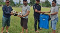 Anggota DPRD Tanah Datar dan Pengusaha Muda Berikan Bantuan Kostum Tim dan Bola