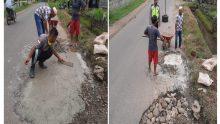 Khawatir Pengendara Terjatuh, Pemuda Nagari Pangian Tambal Jalan Berlubang Pakai Semen