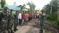 Semangat Goro TNI dan Masyarakat Bangun Jembatan Putus Diterjang Banjir di Desa Rade