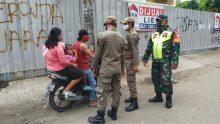 Babinsa Harapan Baru Bersama Tiga Pilar Lakukan Operasi PPKM Skala Mikro, Tindak Para Pelanggar Prokes