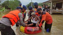 Personel Batalyon C dan Brimobda Riau Evakuasi Korban Banjir di Desa Penyaguhan
