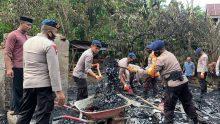 Personel Batalyon C Pelopor Satbrimobda Sulsel Lakukan Baksos Bersihkan Sisa Puing Kebakaran