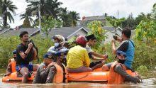 Brimobda Riau Turunkan Perahu Karet Untuk Evakuasi Korban Banjir