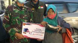Anggota Batalyon Armed 9 Kostrad Bagikan Nasi Kotak Jelang Buka Puasa
