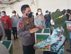 Kapolda Metro Jaya Serahkan Bantuan Sembako untuk Karyawan PO dan Pengemudi Terminal Terpadu Pulo Gebang