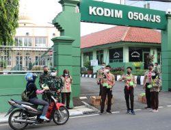 Peduli Sesama, Kodim 0504/Jakarta Selatan Berbagi Takjil