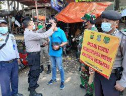 Tertibkan Memakai Masker, Babinsa 05/Btg Himbau Prokes dan Berikan Masker di Pasar Bantargebang