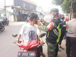 Ajak Warga Disiplin Prokes Babinsa Koramil 03/Teluk Pucung Gencar Laksanakan Operasi Masker Dan PPKM