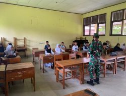 Satgas Yonif 734/Sns Pos Tehoru Sosialisasikan Program Aplikasi Klassku di Desa Binaan