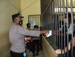 Kapolres Banggai Diwakili Kabag Ops Polres AKP Laata SH Bagikan Puluhan Paket takjil Pada Tahanan di Sel Mapolres