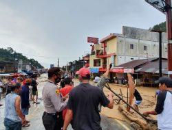 Polres Simalungun, TNI dan BPBD Bersihkan Material Banjir Yang Tutup Akses Jalur Parapat
