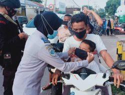 Antisipasi Mobilitas Tinggi Lebaran, Pospam dan Pos Penyekatan di KLU Bagikan Masker ke Warga