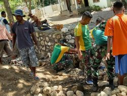 Satgas Pamtas RI-RDTL Sektor Barat Yonarmed 6/3 Kostrad Bersama Warga Goro Pasang Talud Jalan