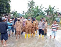 Bupati Pesisir Selatan Rusma Yul Anwar jebur ke lokasi banjir, serahkan 1100 sembako