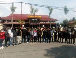 Gegara Status Akun di FB, Puluhan Wartawan dan LSM Laporkan Yuli Pratama ke Polres Batang