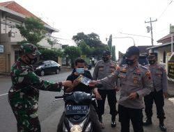 Cegah COVID-19, Petugas Gabungan di Limpung Bagikan Masker dan Leaflet di Operasi Yustisi