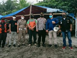 Paguyuban Pedagang RTH Terjun Langsung Menangani Sampah di Pantai Citepus Palabuhanratu
