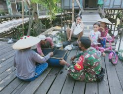 Kemanunggalan Babinsa Dengan Warga Di Desa Binaan, Serda Saroji Laksanakan Komsos