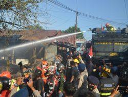 Kerahkan Tim Respon Bencana, Dansat Brimob Kaltim Pimpin Pemadaman di Kp. Baru Balikpapan