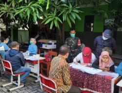 Babinsa Margajaya Lakukan Monitoring Kegiatan Vaksin Massal Diwilayah Binaanya