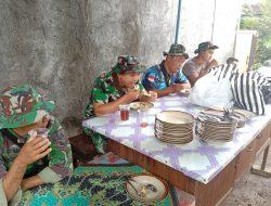 Tak Ada Perbedaan, TNI Dan Warga Nikmati Makan Siang Bersama di Lokasi TMMD