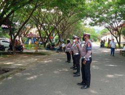 Kasat Lantas Polres Gorontalo Utara AKP Supomo Pimpin PelaksanaanPengamanan Arus jalan depan Blok Plan G
