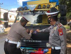 Satlantas Polres Takalar Lakukan Kegiatan Pemasangan Stiker Ayo Pakai Masker