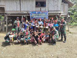 Satgas Yonif 734/SNS Bagikan Sembako Kepada Masyarakat POS Binaan