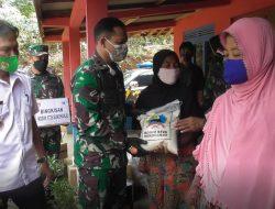 Sambangi dukuh Terpencil di Perbatasan Dandim 0726/Sukoharjo berikan bingkisan ke Warga