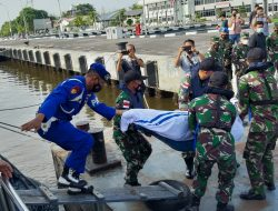 TNI AL Evakuasi Korban Kapal Motor (KM) United yang Terbakar dan Tenggelam di Perairan Pulau Berhala