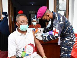 Serbuan Vaksinasi Korps Marinir TNI AL Disambut Antusias Warga Distrik Aimas Sorong