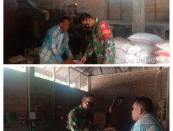 Tingkatkan Hanpangan, Babinsa Toboh Gadang Barat Koramil 05/Lubuk Alung Komsos di Penggilingan Padi Warga