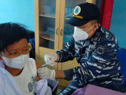 Percepat Program Pemerintah, TNI AL Lanal Babel Kembali Vaksinasi Siswa SMP Negeri 4 dan Masyarakat Maritim