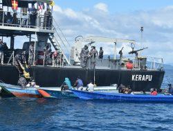 "Kapal Perang TNI AL, KRI Kerapu-812 ""Dikepung"" Perahu Nelayan di Perairan Laut Sorong"