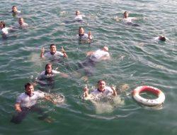 Anak Buah Kapal KRI Tarakan-905 Latihan Water Trappen di Laut