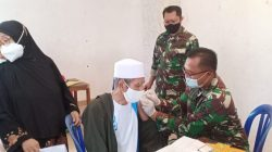 Hujan Tidak Jadi Halangan Warga RW.08 Kelurahan Jatinegara Datang Vaksin