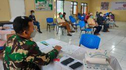 Bantu Pelaksanaan Vaksinasi, Babinsa Jatimakmur Stanby di Meja Pendaftaran