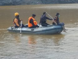Tim Siaga Bencana SAR Brimob Batalyon B Pelopor Lakukan Pencarian Korban Tenggelam