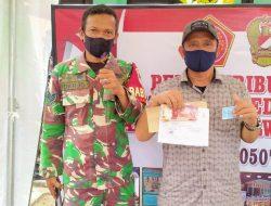 Babinsa Kayuringin Dampingi Warga Penerima Bantuan BTPKLW-TNI Kodim 0507/Bekasi